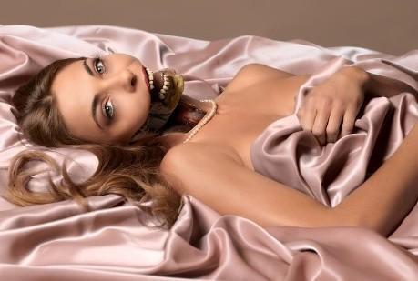 Foto: Koen Hauser. Haar en make-up: Louise van Huisstede. Model: Georgina Verbaan. Ontwerp: BrandendZant.